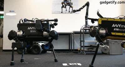 Enlace a Robots saludándose chocando los puños. Pronto cantarán trap