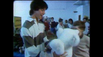 Enlace a Un joven Keanu Reeves de 16 años siendo atacado por un oso