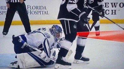 Enlace a Una de las mejores paradas que le he visto a un portero de hockey hielo