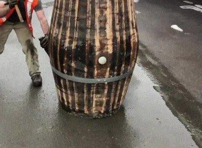 Enlace a Ver cómo se desmonta un viejo barril es extrañamente placentero