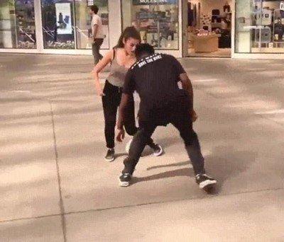 Enlace a Esta chica deja por los suelos a cualquiera que intente quitarle la pelota