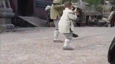 Enlace a Jackie Chan siendo entrenado por un niño para la película Shaolin