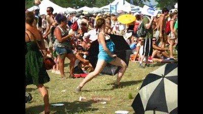 Enlace a La típica danza de la lluvia que ves en todos los festivales de música