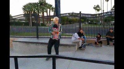 Enlace a Gente mayor que deja con un palmo de narices a los jóvenes skaters