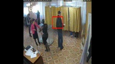 Enlace a Otra pillada en unas elecciones. Un hombre votando varias veces