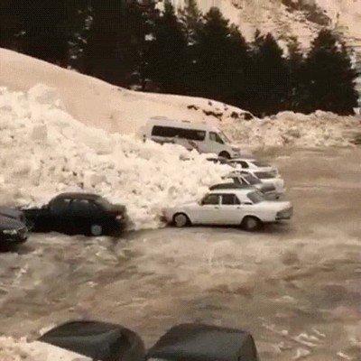 Enlace a Una avalancha que se lleva varios coches por delante en Rusia