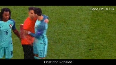 Enlace a Echando a un aficionado que quería hacerse una foto con la selección de Portugal