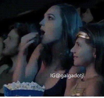 Enlace a No se puede ser más adorable que Gal Gadot viendo Wonder Woman en el cine