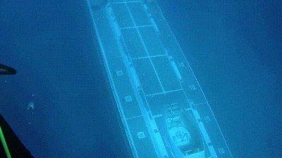 Enlace a Submarino pasando debajo de unos submarinistas por las costas de Hawaii
