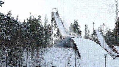 Enlace a El momento en el que hacen explotar una histórica torre de esquí