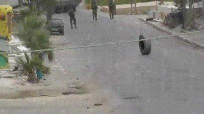 Enlace a Varios soldados no son capaces de detener un neumático rodando