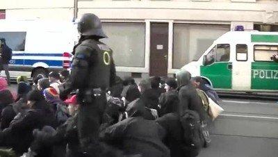 Enlace a Una muestra más de brutalidad policial frente a unos manifestantes