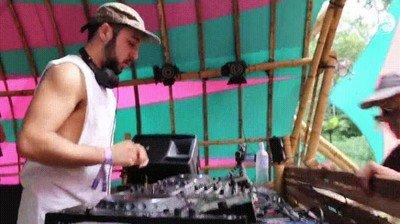 Enlace a Cuando la música es tan buena que tienes que felicitar personalmente al DJ y la lías