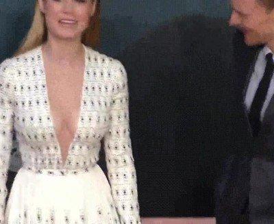 Enlace a Pillan a Loki mirando descaradamente el vestido de Brie Larson