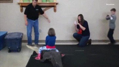 Enlace a Nunca molarás tanto como esta niña montada en un cocodrilo
