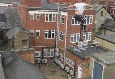 Enlace a El salto de un experto en parkour que nadie debería intentar imitar
