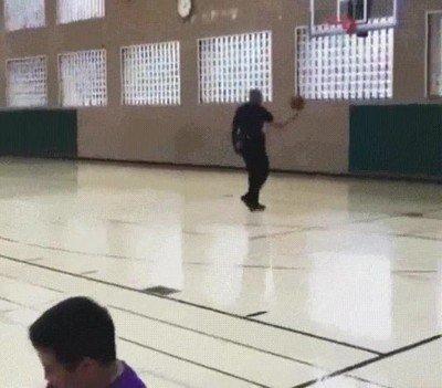 Enlace a Agente de la LAPD disparando delante de unos niños