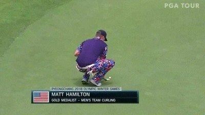 Enlace a Matt Hamilton usando su medalla de oro para marcar la distancia