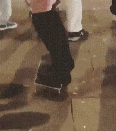 Enlace a Intentando hacer un truco de skate llevando taacones