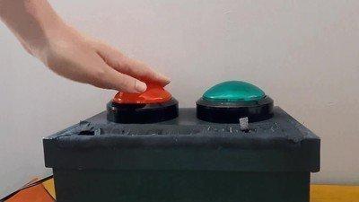 Enlace a Truco para evitar que Trump pulse el botón nuclear