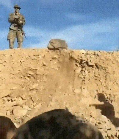 Enlace a Así se distraen los soldados mientras esperan a su próxima misión