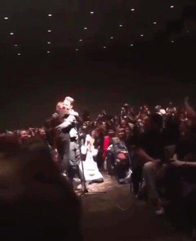 Enlace a Sebastian Stan corriendo a abrazar a una fan que estaba muy nerviosa