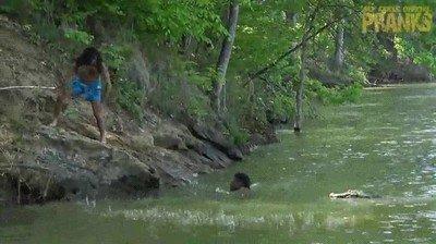 Enlace a Tarzan salva a su amigo de ser víctima de un cocodrilo