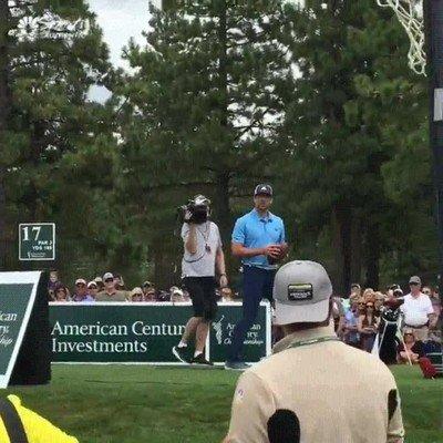 Enlace a Aaron Rodgers lanzando una pelota a un fan em medio de un torneo de golf