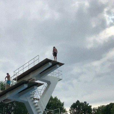 Enlace a El salto de la estatua de piedra desde 10m de altura