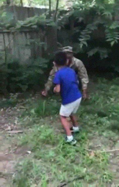 Enlace a Niño recibiendo la visita de su padre al que no veía desde hacía un largo tiempo