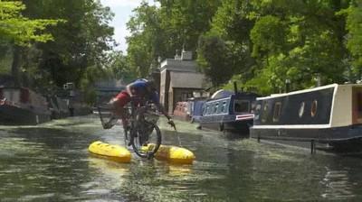 Enlace a Utilizando una bici flotante para recoger basura de los canales