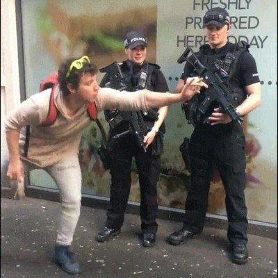 Enlace a Una buena forma de quedarte con dos policias bien armados