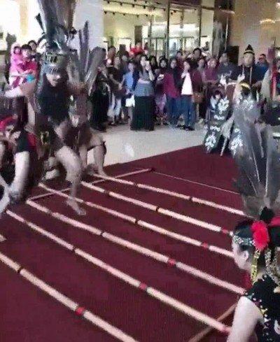 Enlace a De algún modo tenían que entrenar la danza de la lluvia