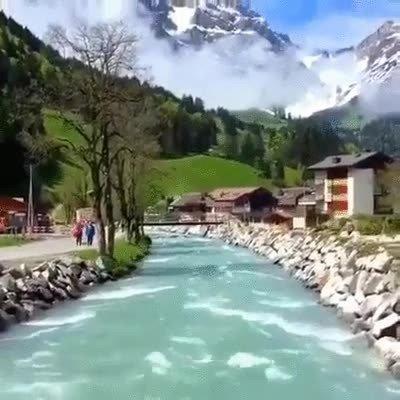 Enlace a Uno de los paisajes más bellos del mundo. Vista de un río y una montaña en Suiza