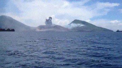 Enlace a Una erupción volcánica que mueve hasta las nubes que están cerca