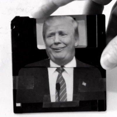 Enlace a ¿Quién iba a decir que un disquette serviría como cosplay de Trump?