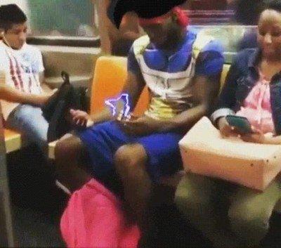 Enlace a Así es el viaje de un Saiyan cada mañana en el metro