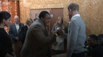 Enlace a Enseñándole al príncipe Harry cómo hacer un saludo molón