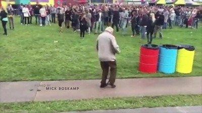 Enlace a Un hombre de 83 años bailando en un festival de música
