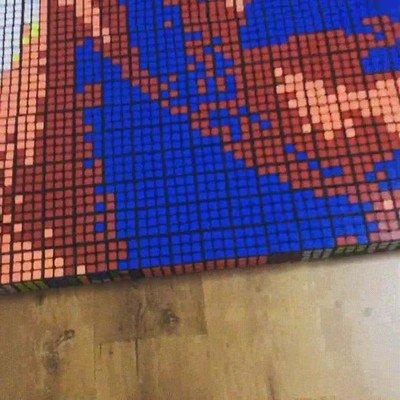 Enlace a Freddie Mercury creado por 720 cubos de rubik