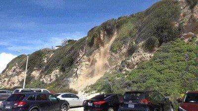 Enlace a El momento exacto en el que se derrumba una montaña en Malibú