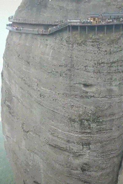 Enlace a ¿Te atreverías a pasar por este paso que rodea la montaña?