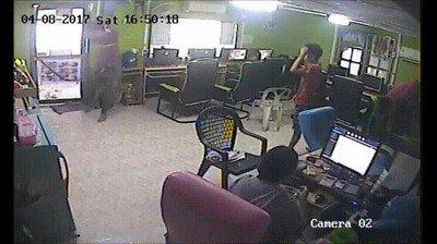 Enlace a Una serpiente causando el caos en un cibercafe