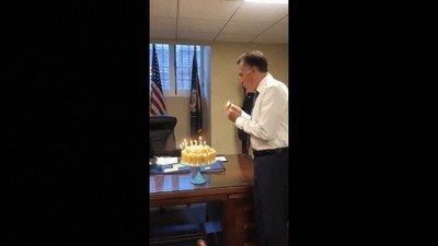 Enlace a La curiosa manera de soplar las velas de Mitt Romney