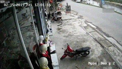Enlace a Un accidente de moto bastante ridículo. Por suerte no ha pasado nada