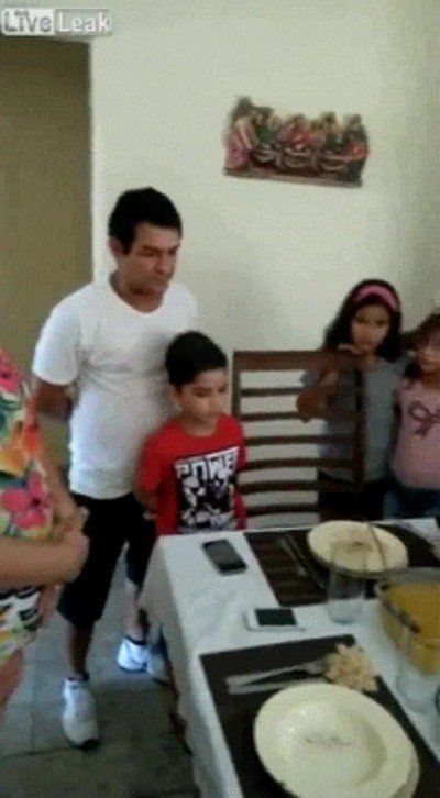 Enlace a Padres con poderes telequinésicos para tirar la mesa