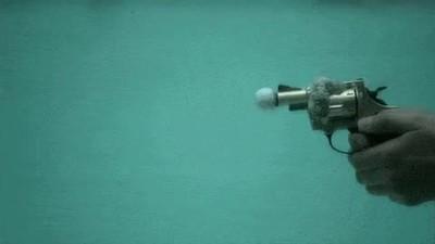Enlace a Así es el disparo de una pistola debajo del agua a cámara lenta