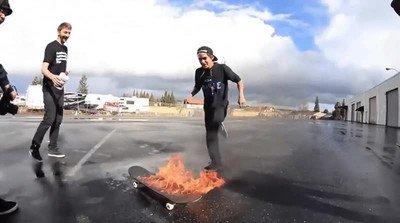 Enlace a El reto del día. Saltar sobre un skate en llamas