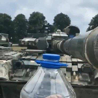 Enlace a Un tanque haciendo el reto de la botella. Ya lo he visto todo en la vida