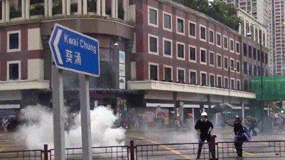 Enlace a En Hong Kong te devuelven el gas lacrimógeno con una raqueta